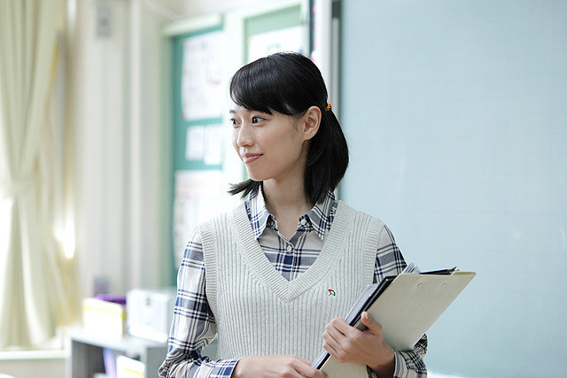 先生役の戸田恵梨香